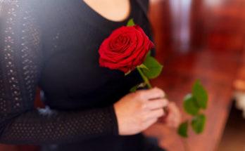 Donna con una rosa fra le mani
